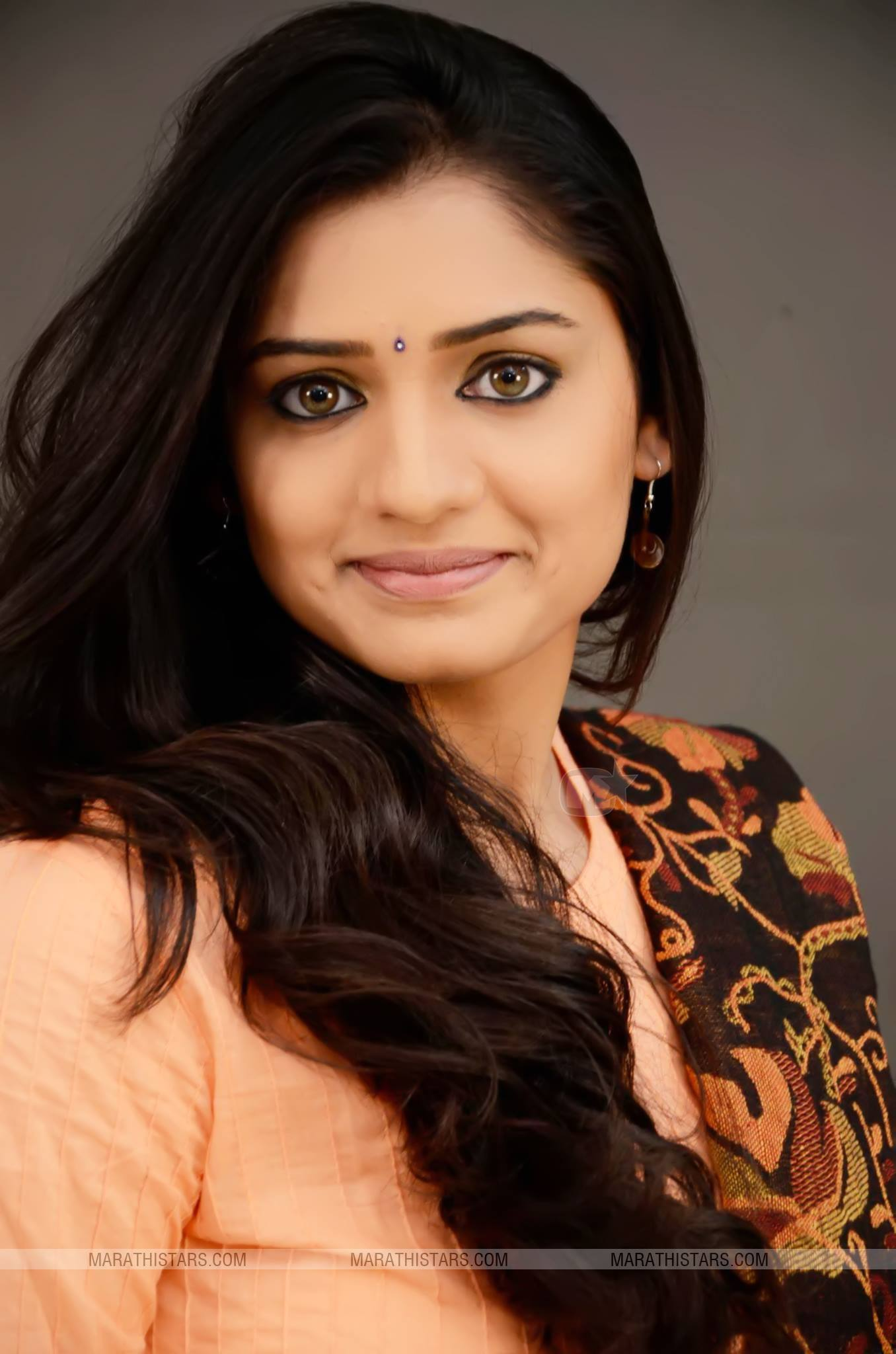 hruta durgule marathi actress biography photos phulpakharu serial