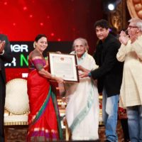 Seema Deo Receiving Jeevan Gaurav award with family